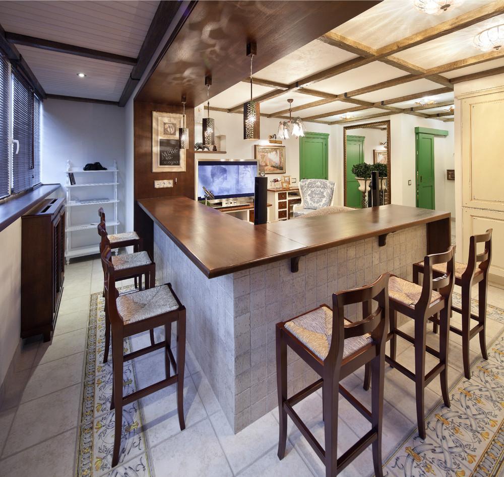 Угловая барная стойка разделяющая совмещенный балкон с кухне.